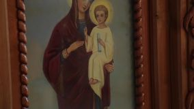 Orthodox pictogram in de kerk stock video