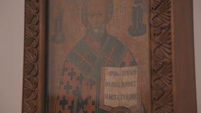 Orthodox pictogram op de muur in de Kerk Panorama van volledig Sluit omhoog stock video