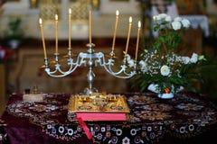 Orthodoxe bijbel en kaars stock foto's