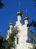 Orthodoxe christelijke kerk met gouden koepel Stock Foto