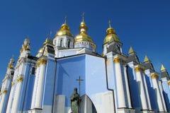 Orthodoxe christelijke kerk met gouden koepel Stock Afbeeldingen