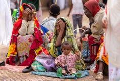 Orthodoxe christen bij verering op straat van Ethiopië stock foto