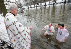 Orthodoxe Christen feiern Epithany Stockbilder