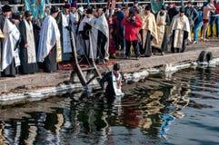 Orthodoxe Christen feiern Offenbarung mit traditioneller Eisschwimmen Stockfotos