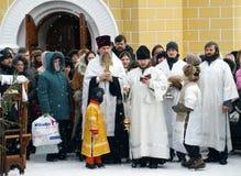 Orthodoxe Christen nehmen an einer Taufe teil Lizenzfreie Stockbilder