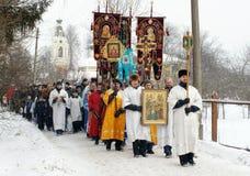Orthodoxe Christen nehmen an einer Taufe teil Stockfotografie