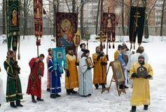 Orthodoxe Christen nehmen an einer Taufe teil Lizenzfreies Stockbild