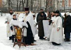 Orthodoxe Christen nehmen an einer Taufe teil Lizenzfreie Stockfotografie