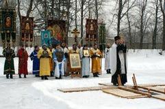 Orthodoxe Christen nehmen an einer Taufe teil Stockfoto