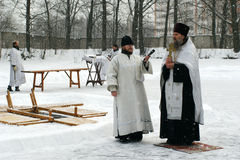 Orthodoxe Christen nehmen an einer Taufe teil Lizenzfreie Stockfotos