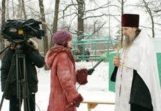 Orthodoxe Christen nehmen an einer Taufe teil Stockbild