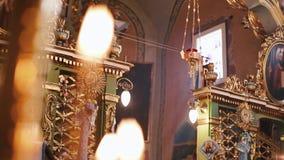 Orthodoxe, christianisme, église Le faisceau de lumière brille au-dessus du vieux lustre de gondel avec des bougies accrochant du banque de vidéos