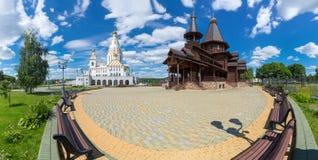 Orthodoxe complexe tempel: Kathedraal van Alle Heiligen in Minsk de Grootste Orthodoxe Kerk van Witrussische en Houten Tempel ter stock afbeelding
