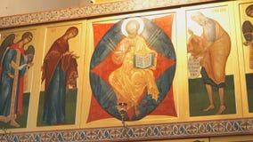 Orthodoxe gouden iconostasis in de orthodoxe kerk stock videobeelden