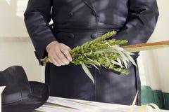 Orthodoxe hasidic Jood die het bevel van het nemen van uitvoeren stock afbeelding