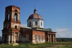 Orthodoxe helft-vernietigde tempel van de Verlosser van Christus van 19de eeuw op zonnige de lentedag restauratie Reis over Rusla royalty-vrije stock afbeeldingen