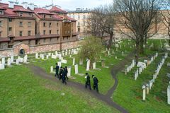 Orthodoxe Joden die Remuh-begraafplaats in Krakau, Polen bezoeken royalty-vrije stock foto