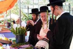 Orthodoxe Joden die voor Sukkoth voorbereidingen treffen Stock Afbeeldingen