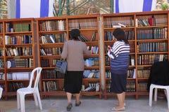 Orthodoxe Jodinnen dichtbij Boeken van Torah bij W stock afbeeldingen