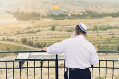 Orthodoxe Jood op de achtergrond van Jeruzalem Het concept godsdienst Het toeristische beeld van Israël stock foto