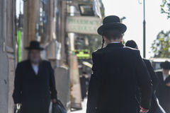 Orthodoxe Joodse mensen die in de straat lopen stock foto's