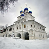 Orthodoxe kapel op de achtergrond van bewolkte skyes Stock Fotografie