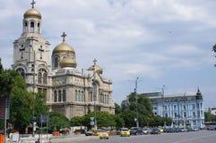 Orthodoxe kathedraal met veelvoudige vergulde koepels Stock Fotografie