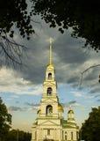 Orthodoxe Kathedrale mit einem hohen Glockenturm lizenzfreies stockbild