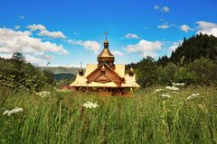 Orthodoxe kerk in het hart van Karpatische bergen stock afbeelding