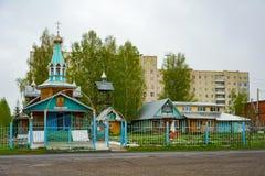 Orthodoxe Kerk in het Siberische dorp stock afbeeldingen