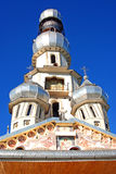 Orthodoxe kerk met twee koepels Stock Afbeelding