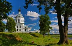 Orthodoxe kerk op de bank van het meer Stock Foto