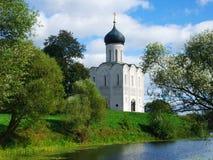 Orthodoxe kerk op een riverbank stock foto's
