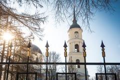 Orthodoxe kerk op zonnige de winterdag Stock Afbeeldingen
