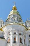Orthodoxe kerk over hemelachtergrond royalty-vrije stock afbeelding