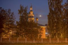 Orthodoxe Kirche am Abend im Mondschein Stockbild