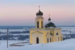 Orthodoxe Kirche auf einer schneebedeckten Lichtung Stockfoto