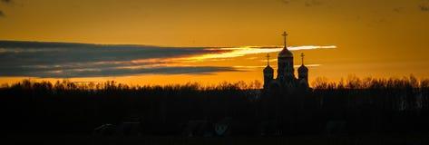 Orthodoxe Kirche bei Sonnenuntergang in der Kaluga-Region von Russland Stockfoto