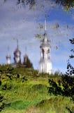 Orthodoxe Kirche mit Glockenturm reflektierte sich im Wasser Stockfotografie