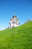 Orthodoxe Kirche mit goldenen Hauben auf grünem Hügel Lizenzfreie Stockfotografie