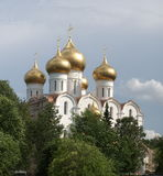 Orthodoxe Kirche mit Goldhauben Stockfotografie