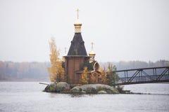 Orthodoxe Kirche von St Andrew auf Vuoksa-Fluss stockbilder