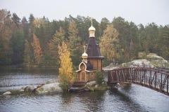 Orthodoxe Kirche von St Andrew auf Vuoksa-Fluss lizenzfreies stockfoto