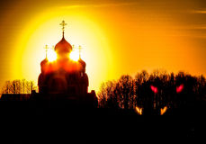 Orthodoxe Kirche zu Ehren St George in der Kaluga-Region (Russland) bei Sonnenuntergang Lizenzfreies Stockbild