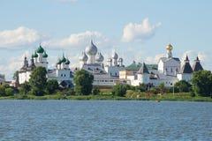 Orthodoxe koepels over het Kremlin van Rostov Veliky Gouden Ring van Rusland royalty-vrije stock fotografie