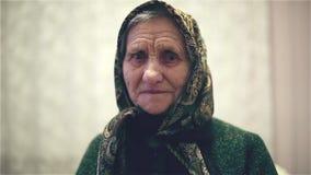 Orthodoxe oude vrouw in een sjaal op haar hoofd stock video