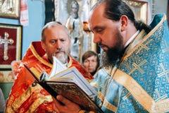 Orthodoxe Priester im Altar Stockbilder