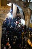Orthodoxe priesters en pelgrims in de Kerk van het Heilige Grafgewelf stock afbeelding