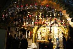 Orthodoxe priesters en pelgrims in de Kerk van het Heilige Grafgewelf royalty-vrije stock afbeelding