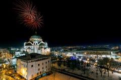 Orthodoxe Sylvesterabende Feier mit Feuerwerken über der Kirche des Heiligen Sava um Mitternacht I lizenzfreie stockfotografie